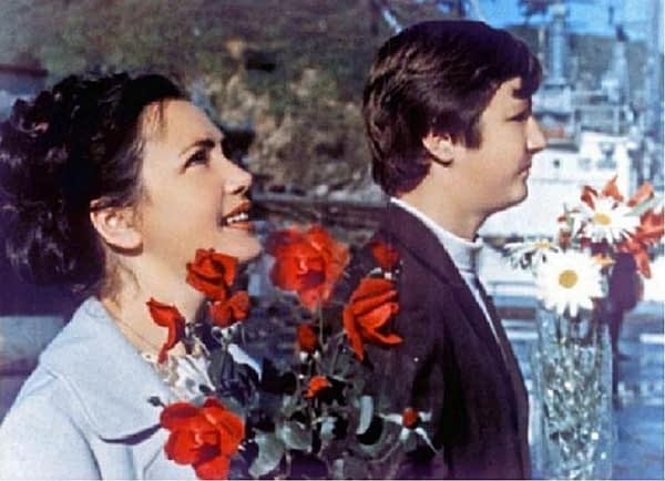 """Фотография сделана с кадра документального кинофильма """"Советская Камчатка"""". Моя жена Лена и сын Андрей встречают меня 5 сентября 1974 года после окончания рейса сделанного на БМРТ Мыс Обручева"""